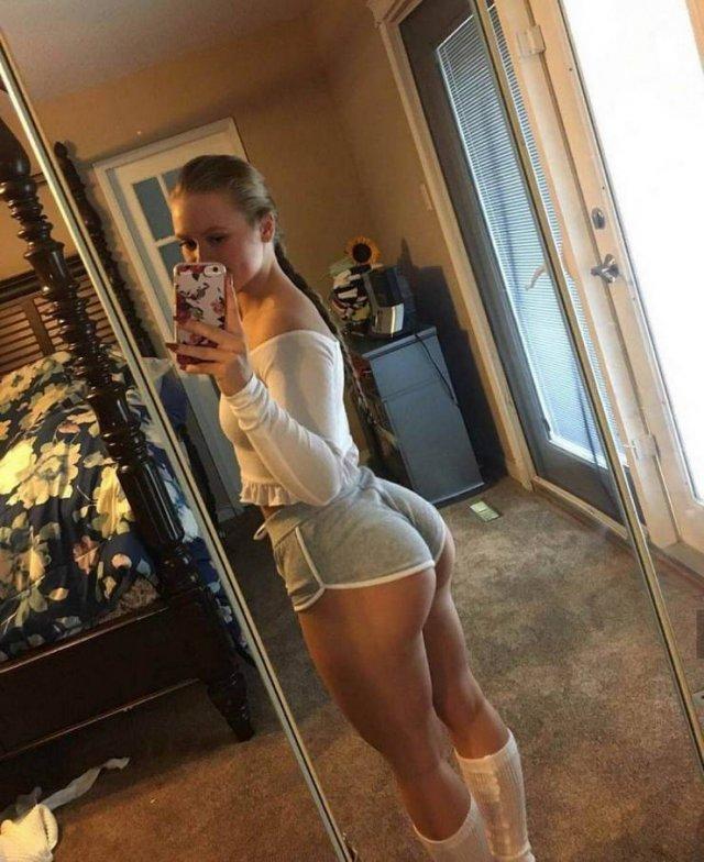 Girls In Shorts (55 pics)