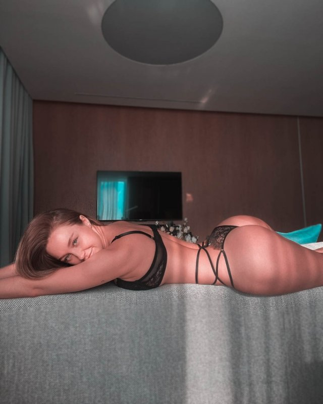 Rear View (37 pics)