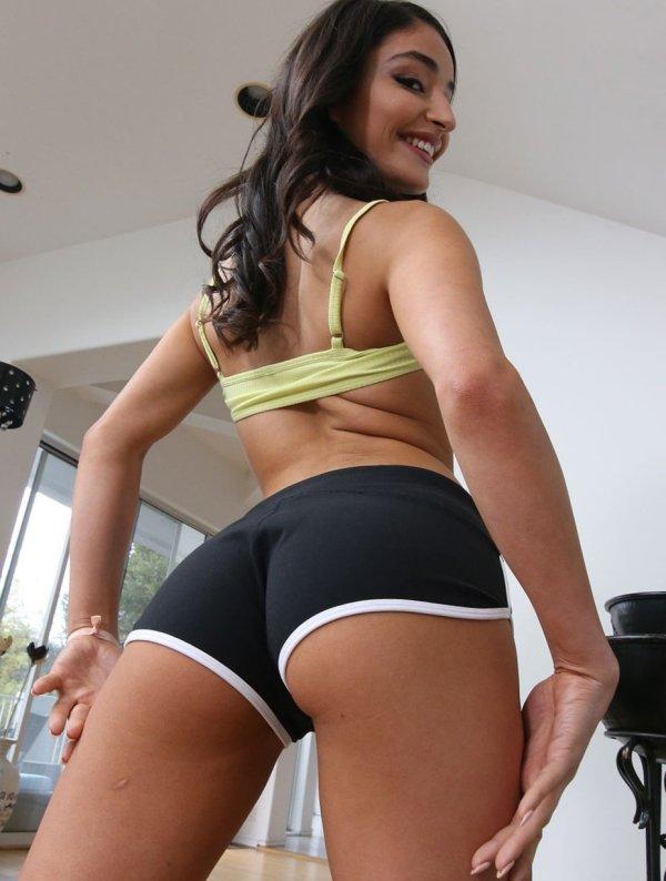 Girls In Shorts (48 pics)
