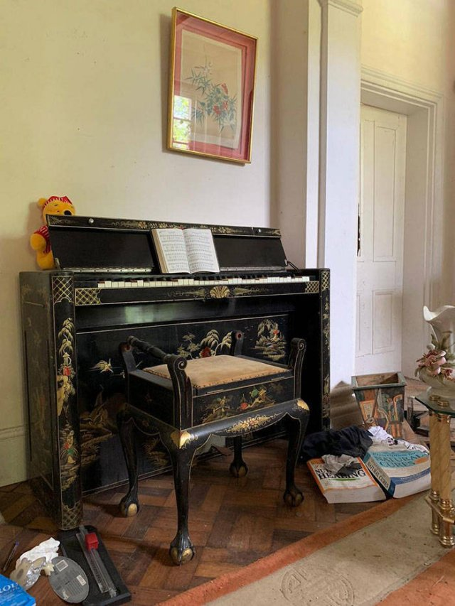 So Many Designer Things Were Found In This Abandoned Mansion (29 pics)