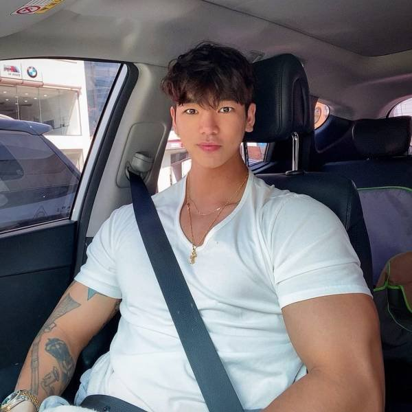 Something's Wrong With This Bodybuilder (15 pics)