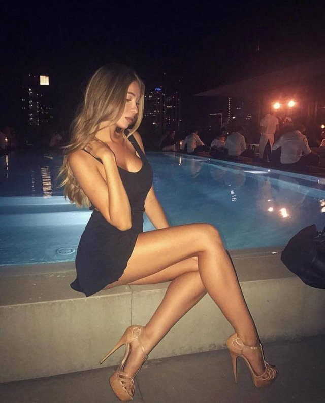 Girls With Long Legs (52 pics)
