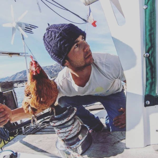 This Guy Travels Around World With His Pet Chicken (21 pics)