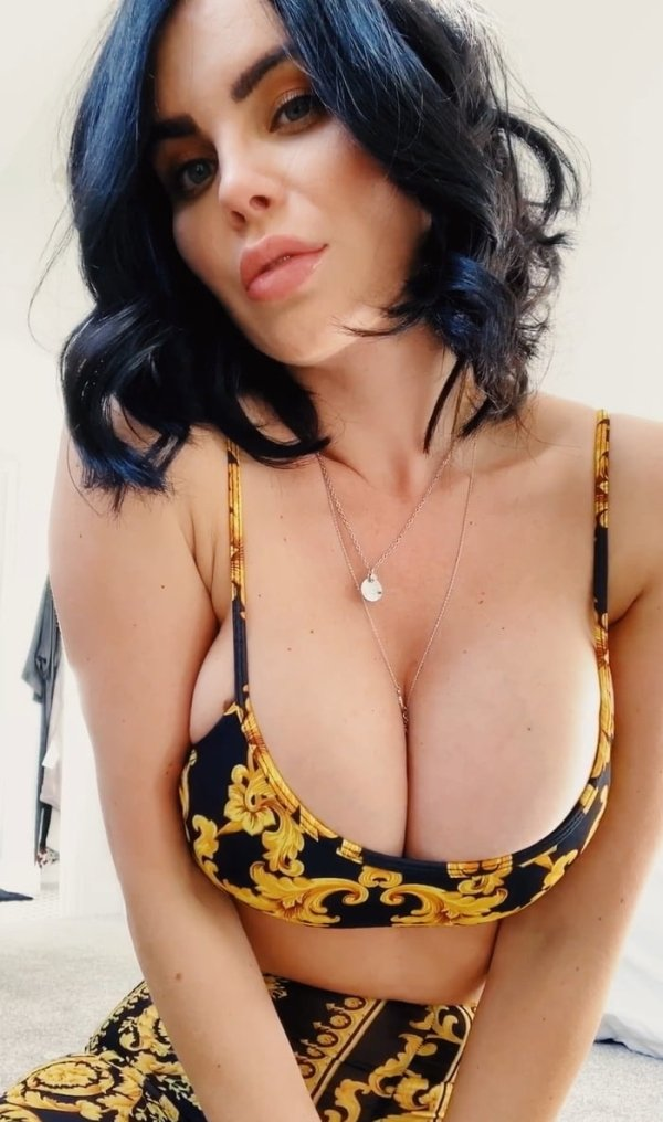 Busty Girls (57 pics)
