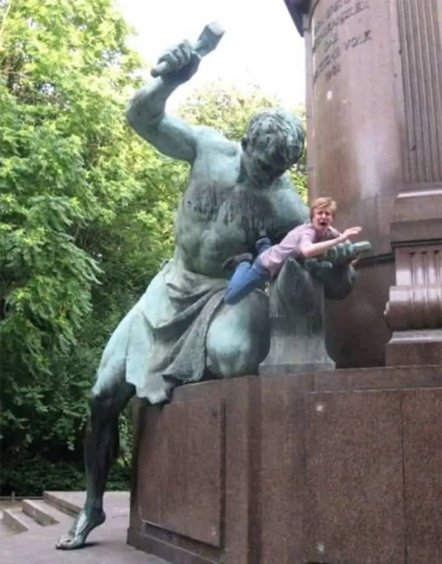 Posing With Statues (50 pics)