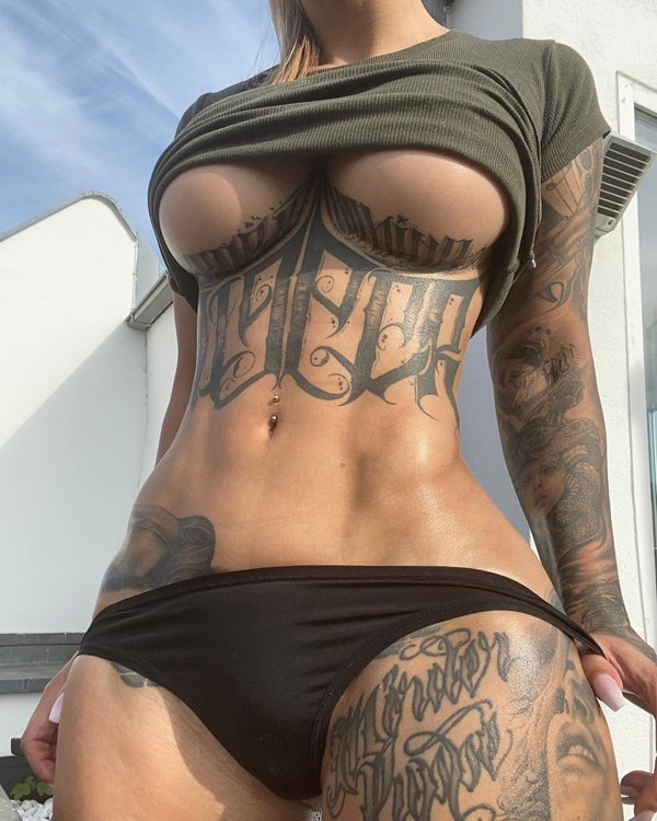 Girls With Underboob Tattoos (33 pics)