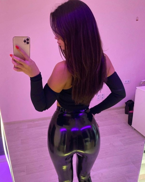 Girls In Latex And Leather (33 pics)