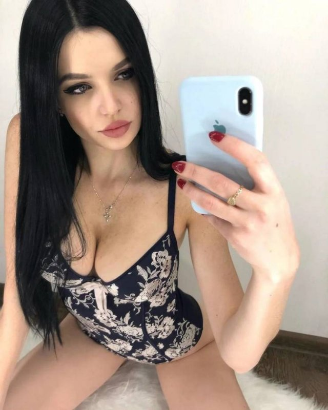 Girls Doing Selfies (50 pics)