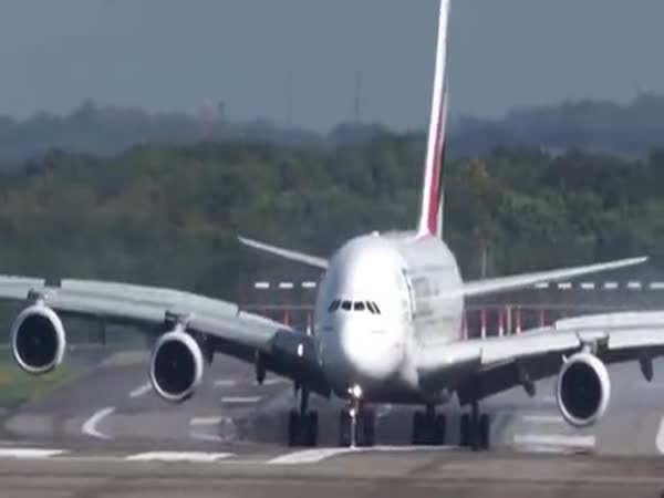 A380 Nearly Loses Directional Control While Landing In A Heavy Crosswind
