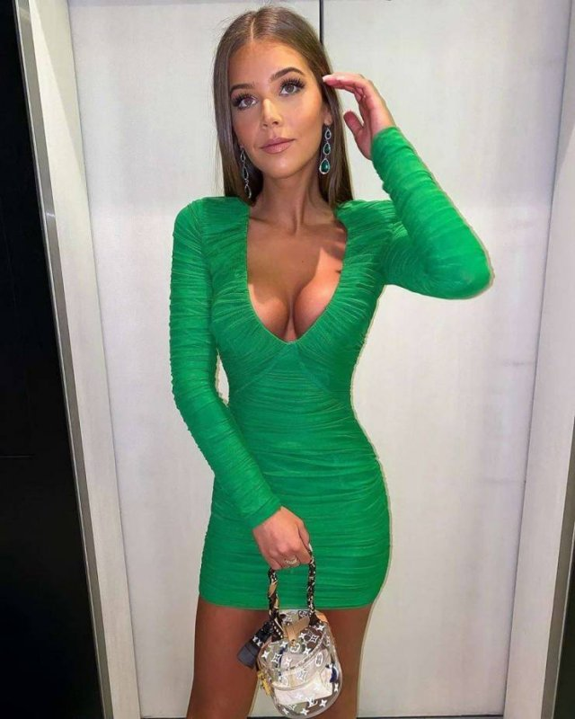 Girls In Tight Dresses (53 pics)