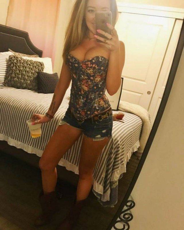 Girls In Shorts (49 pics)