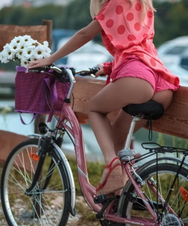 Girls On Bicycles (33 pics)
