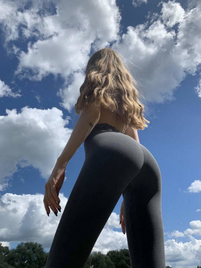 Girls In Yoga Pants (51 pics)