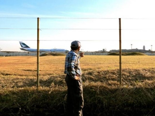 Japanese Farmer That Lives In The Middle Of An Airport (6 pics)