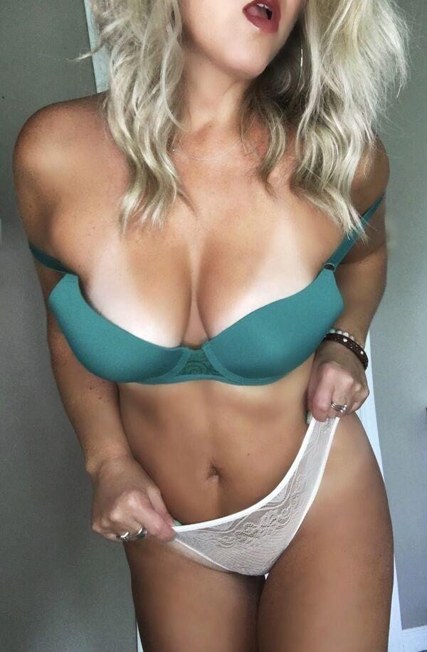 Busty Girls (59 pics)