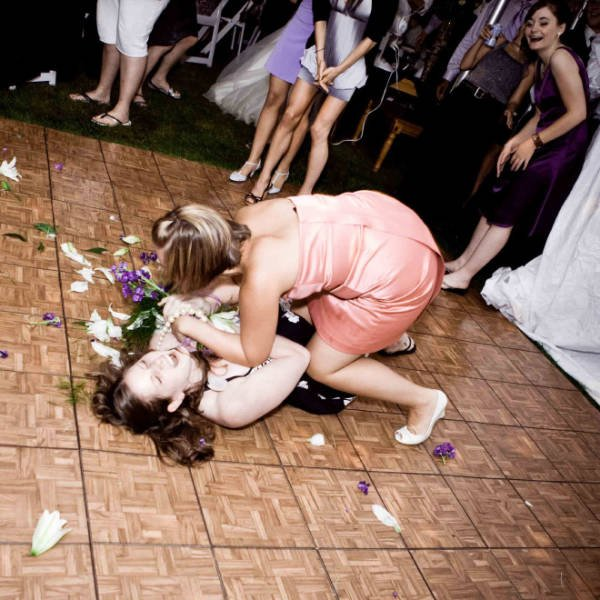 Fights For Wedding Bouquets (21 pics)