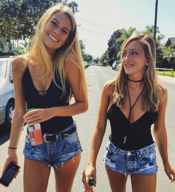 Girls In Shorts (34 pics)