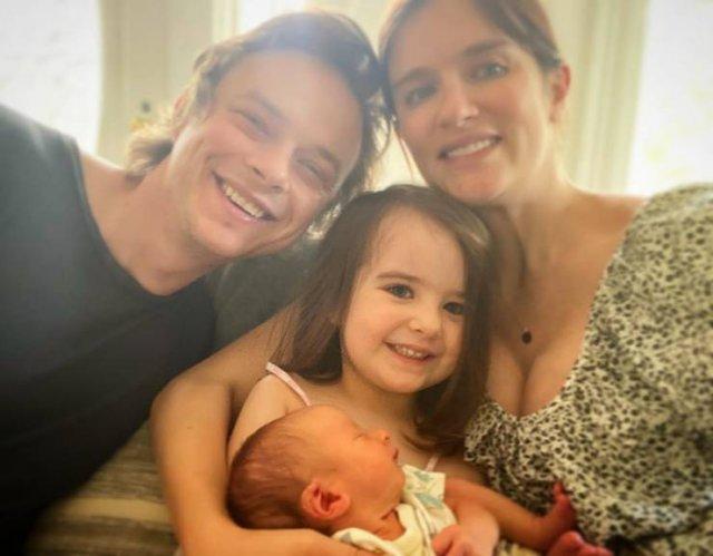 Newborns In Celebrity Families (14 pics)