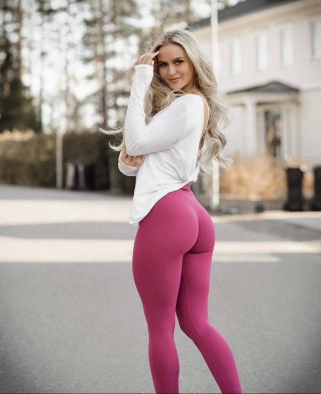 Girls In Yoga Pants (40 pics)