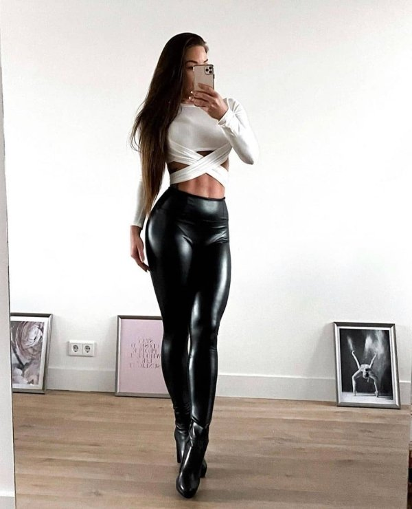 Girls In Latex And Leather (39 pics)
