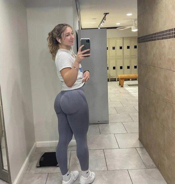 Girls In Yoga Pants (28 pics)
