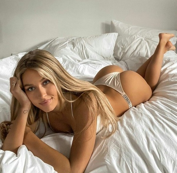 Girls In Beds (39 pics)
