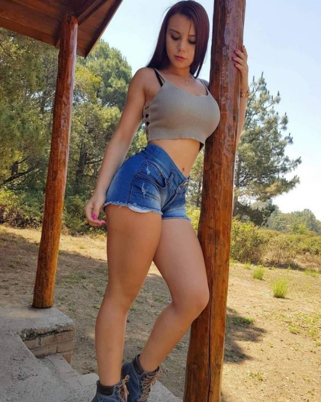 Girls In Shorts (48 pics)