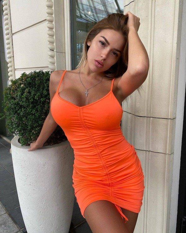 Girls In Dresses (56 pics)