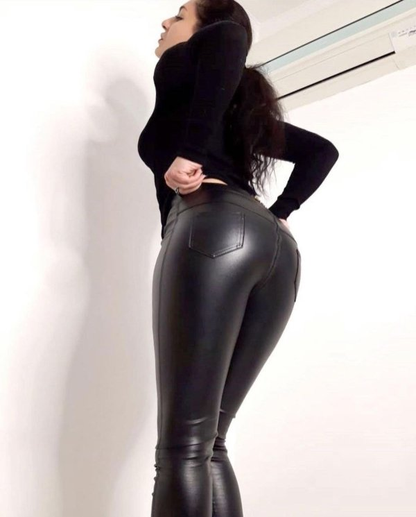 Girls In Latex and Leather (31 pics)