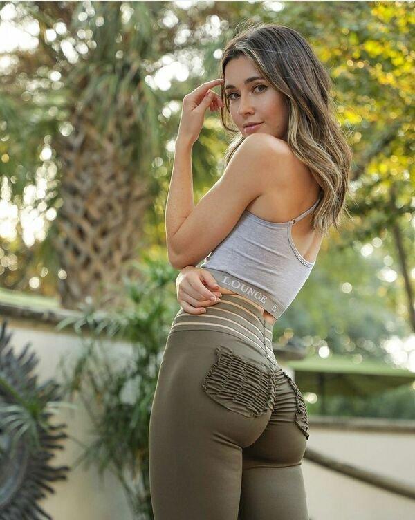 Girls In Yoga Pants (48 pics)