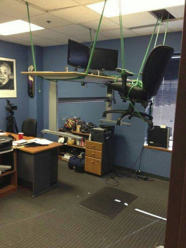 When Your Boss Does Weird Things (16 pics)