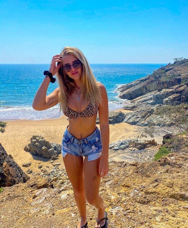 Girls In Shorts (33 pics)