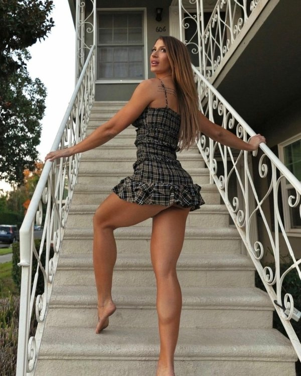 Girls With Beautiful Legs (44 pics)