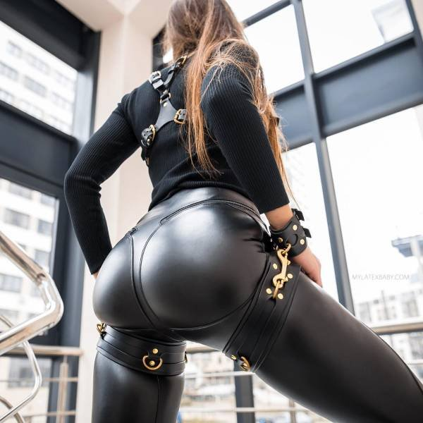 Girls In Latex And Leather (49 pics)