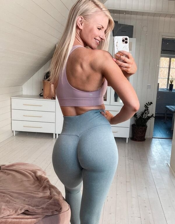Girls In Yoga Pants (33 pics)
