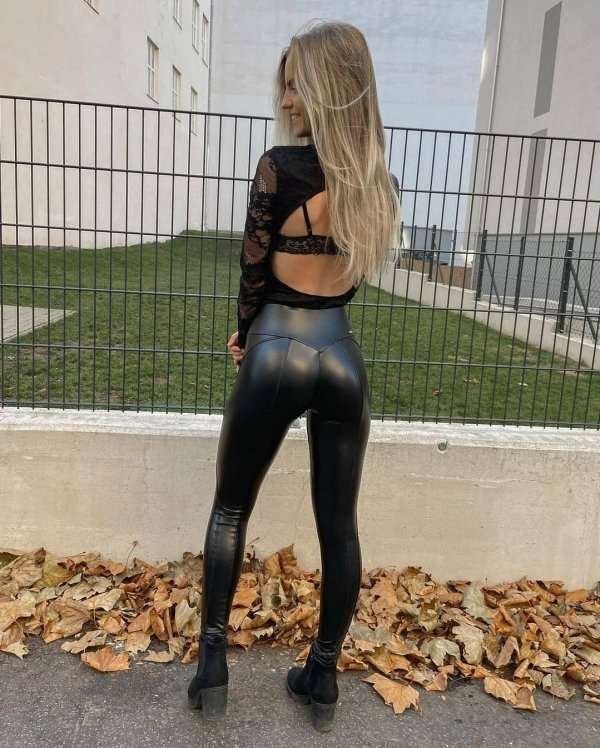 Girls In Latex And Leather (37 pics)
