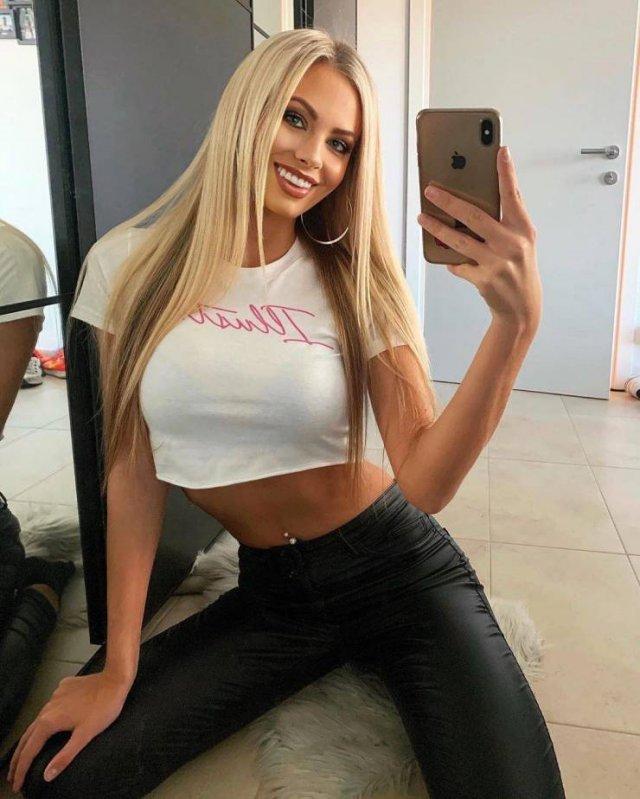 Selfie Girls (45 pics)