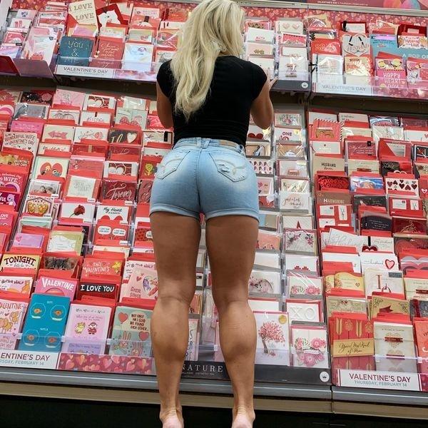 Girls In Shorts (35 pics)