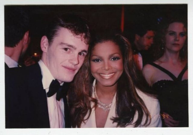 Mysterious Guy Took Pictures With Almost All Celebrities (30 pics)