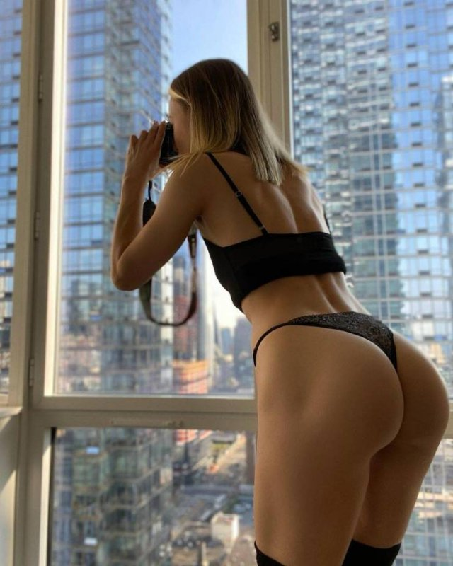 This Russian Girl Likes To Demonstrate Her Body Part On The New York Streets (23 pics)
