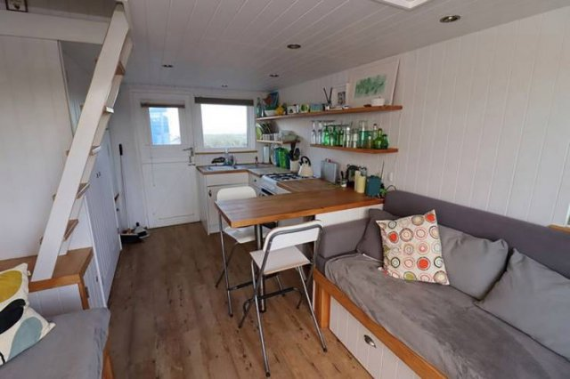 Tiny British Beach House For $450 Thousand (11 pics)