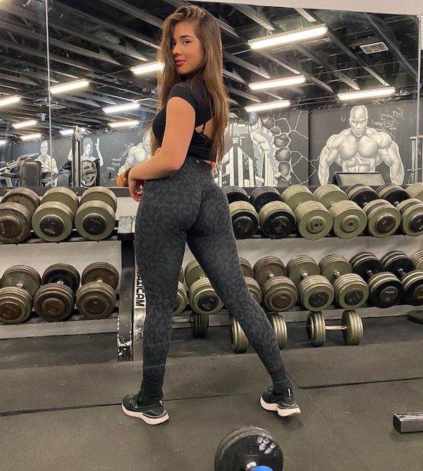 Girls In Yoga Pants (50 pics)