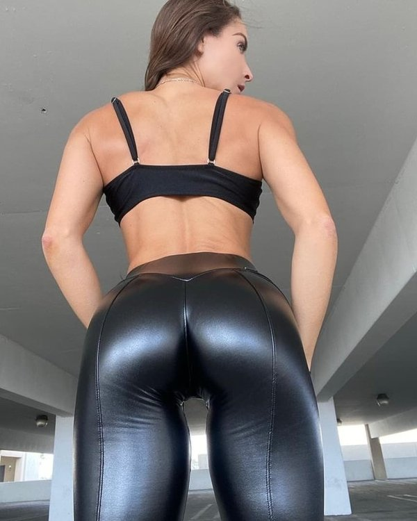 Girls In Latex And Leather (41 pics)