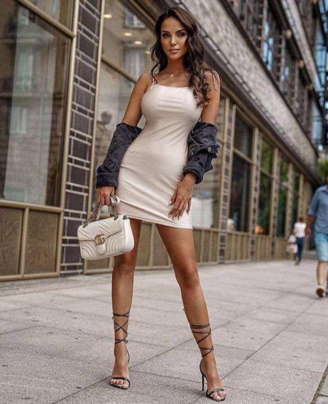 Girls In Tight Dresses (52 pics)