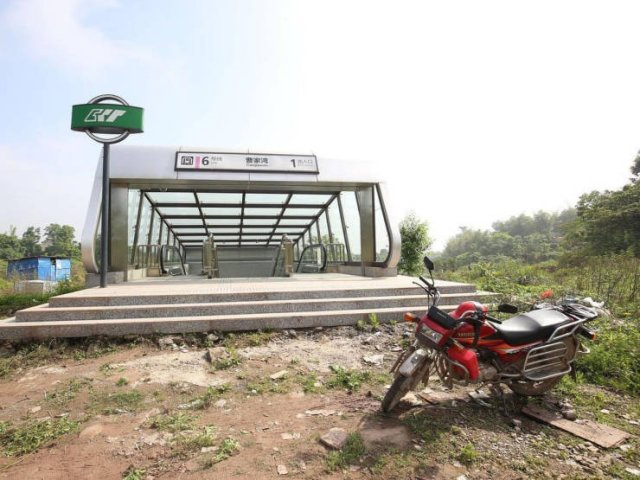 Weird Subway Station In China (8 pics)