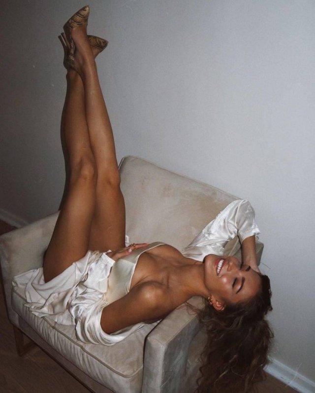 Internet Mocks British Model For A Fake Body Part On Photo (16 pics)
