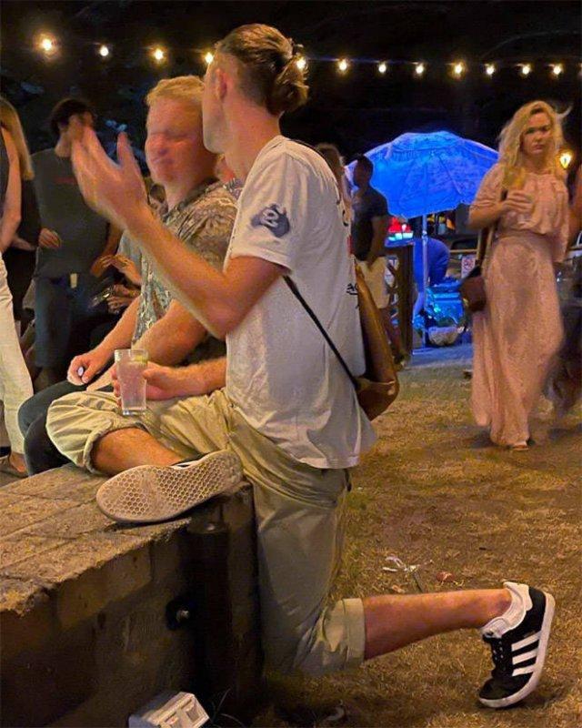 People Standing In Strange Poses (18 pics)