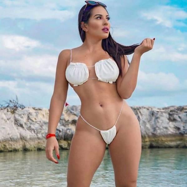 Bikini Girls (39 pics)