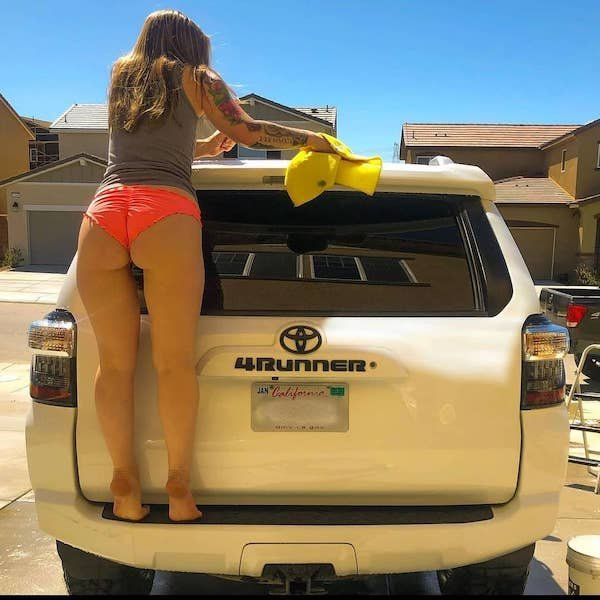 Girls And Cars (61 pics)