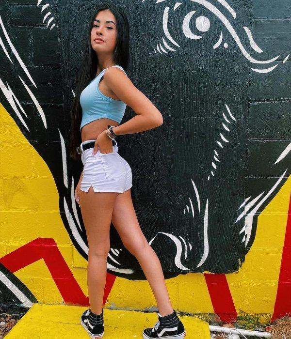 Girls In Shorts (37 pics)